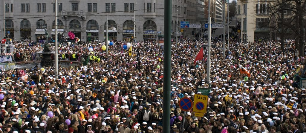 Väkijoukko katsomassa Helsingin kauppatorilla Mantan lakitusta.